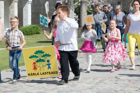 SIIT ME TULEME: Lossihoovi on jõudnud Kärla lasteaia lõpetajad Erik Jaansalu ja Oliver Altmann, Tiffany Šaukštelite, Janell Tänak ja Laura Riin Pähn. IRINA MÄGI