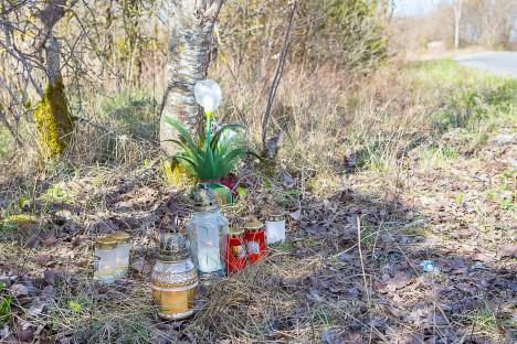 MÄLESTUS: Eile põlesid õnnetuskohal küünlad. Toimunut meenutasid tee äärde tõmmatud värvijooned.