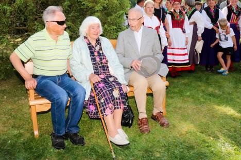 LÄHEDASED:  Linda Lahe mälestuspingil istuvad tema vend Valdor Prei, õde Õie Põld ja abikaasa Heino Laht. IRINA MÄGI