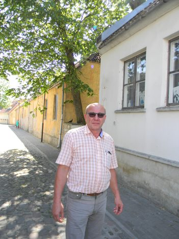 Tõnu Teder  Kitsal  tänaval, mis on samuti Klotoidi töösaavutus. Foto: TÕNIS KIPPER