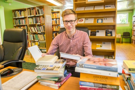 Tööpostil:  Liiva raamatukogu  juhataja noorel asendajal Hannes Pällil igav  vaikses maaraamatukogus juba ei hakka. MAANUS MASING