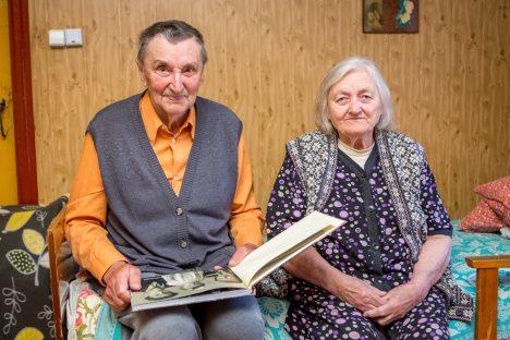SÕBRALIKULT KOOS: Kuuskümmend aastat koos elanud Rudolf ja Roosa Toomsalu uurivad oma kodutalu diivanil perekonnaalbumit.  MAANUS MASING