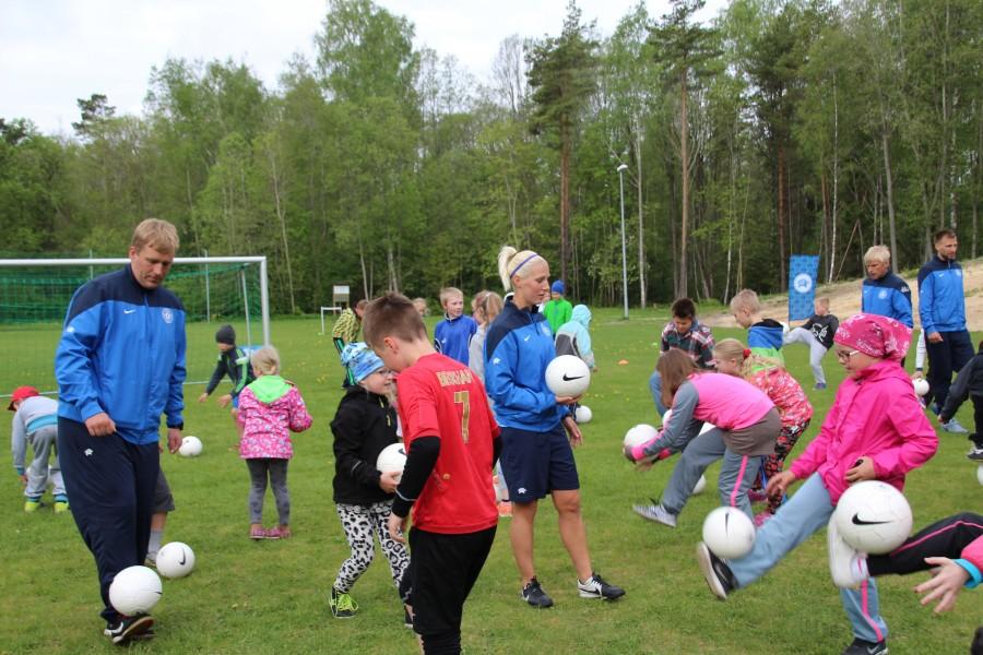 """19. mail toimus meie kooli algklassi õpilastele üks teistmoodi jalgpallitrenn. Nimelt külastasid Kärla põhikooli treenerid ja mängijad Eesti jalgpalliliidust. Seda tehti seoses projektiga """"Jalgpall kooli"""", mille eesmärk on jalgpalli propageerimine […]"""