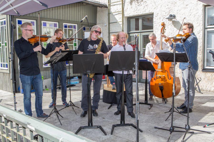 Pühapäeva pärastlõunani vältava 20. tulevikumuusika festivali Juu Jääb kontserdid jõuavad peale ta kodusaare Muhu kenasti ka Saaremaale. Nagu traditsiooniks kujunenud, toimus avakontsert eile Arensburgi päikeseterrassil, kus sedakorda viidi muusikaarmastajad rännakule […]