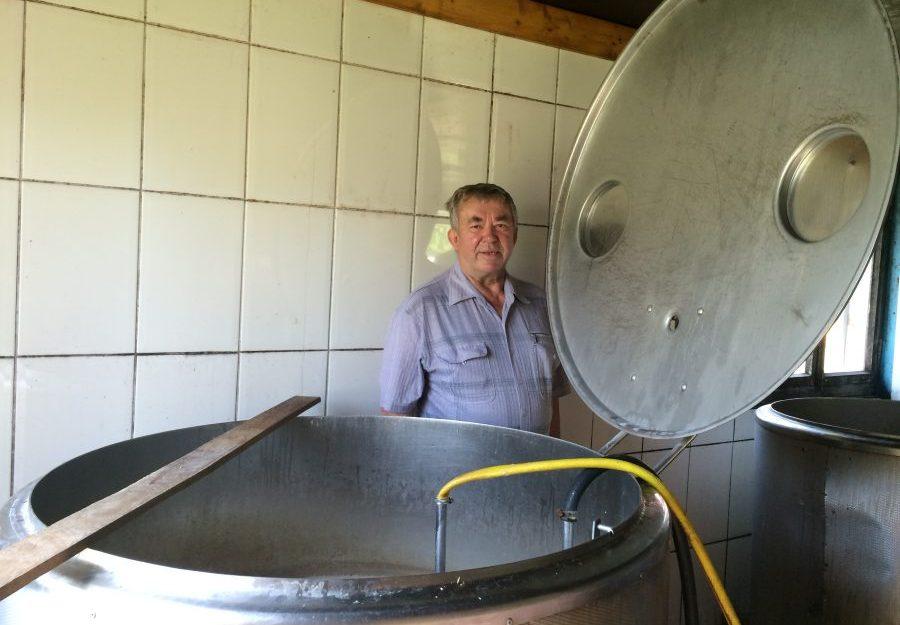 """Õllemeister Arvet Väli võib kaotada aastakümnete jooksul tuntust kogunud Pihtla õlle nime kasutamisõiguse, sest seni kaubamärgina registreerimata nime taotleb endale koduõllemeister Aarne Trei. """"Jama sellest võib tulla, ma ei kahtlegi […]"""