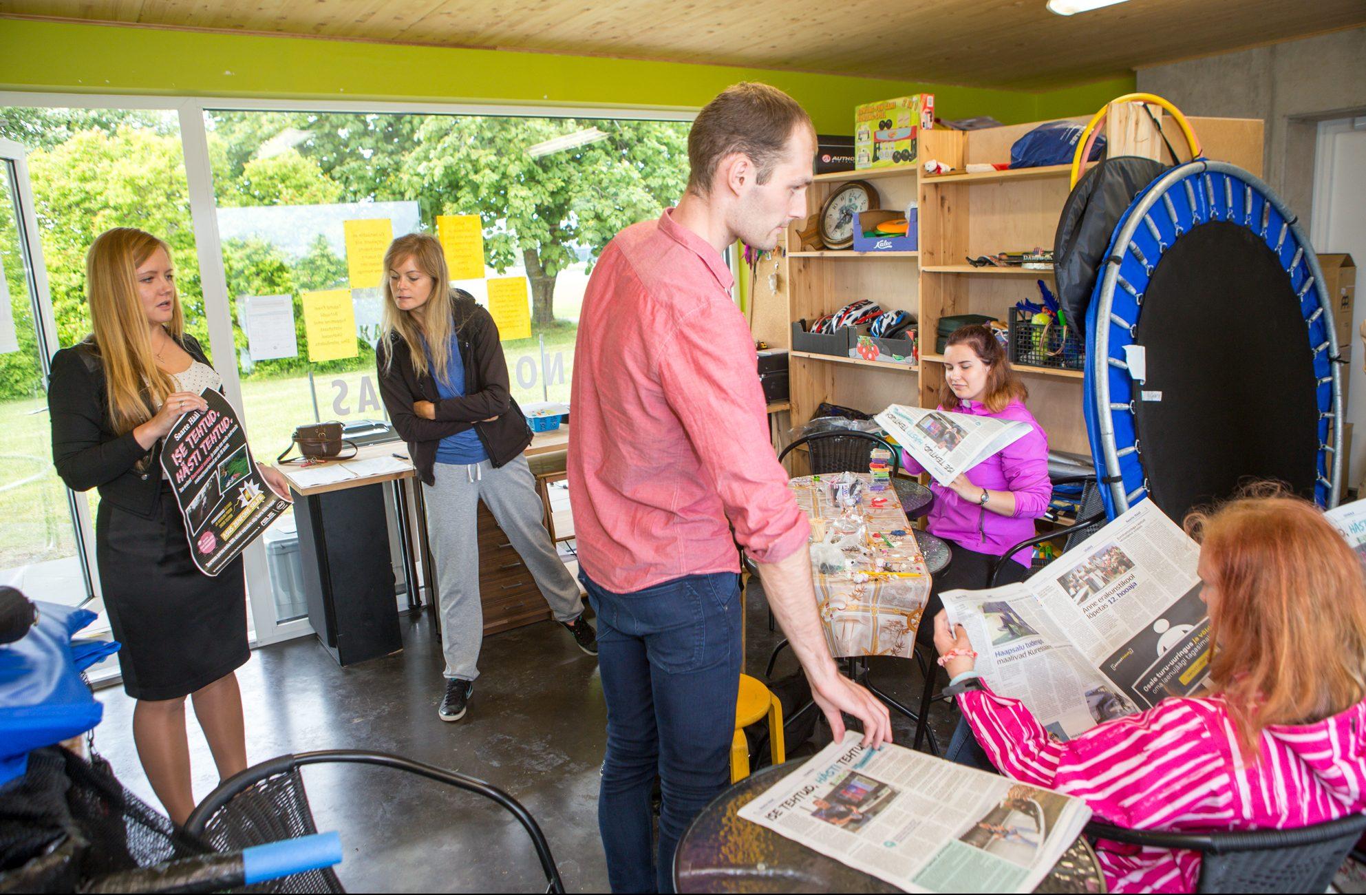 """Saarte Hääle ajakirjanikud Kertu Kalmus ja Raido Kahm käisid eile Kuressaare rannanoorteka kutsel Titerannas tutvustamas noortele suvist enekakonkurssi """"Ise tehtud. Hästi tehtud."""". Vaatamata sompus ilmale kohal olnud noored kuulasid vahvliküpsetamise […]"""