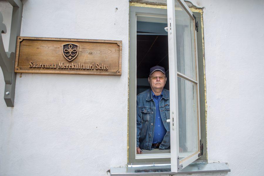 Neljapäeva ennelõunal vaatas Saaremaa merekultuuri seltsi esimees Rein Sepp rõõmsa pilguga vanima säilinud Kuressaare koolimaja aknast välja, öeldes, et hoone sai uued aknaraamid, järgmisena tuleb katusetöö ette võtta. Kolm aastat […]