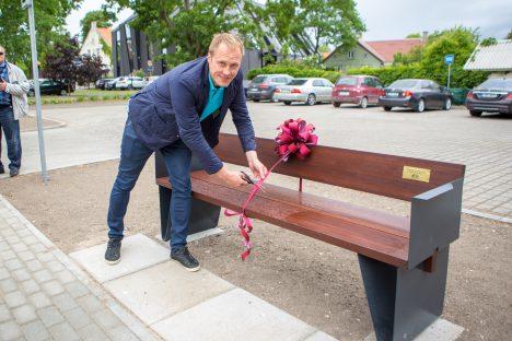 PIDULIK HETK: Saaremaa lihatööstuse auks paigaldatud pingi ümbert lõikas piduliku punase lindi läbi ettevõtte juhatuse esimees Kristjan Leedo. MAANUS MASING