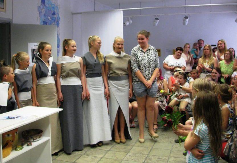 Kuressaare ühe peatänava ääres asuva Anne erakunstikooli lõpetas sel aastal 52 õpilast. Saaremaa kunstistuudio tiiva all tegutsev erakunstikool Anne on andnud loovharidust juba 12 aastat, samas majas asuv galerii on […]