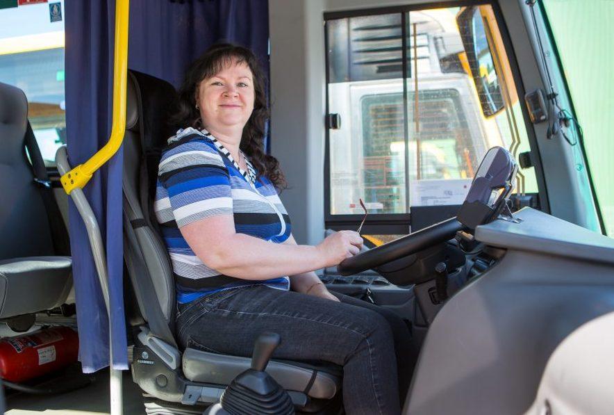 Juunikuus alustas bussifirmas Atko bussijuhina tööd Tiina Saaretalu, keda võib kohata Lääne-Saaremaa maaliinidel. Tiina Saaretalu alustas õpinguid Hiiumaa ametikoolis septembris ja maikuuks olid tal load käes. Õppima mindi koos abikaasa […]