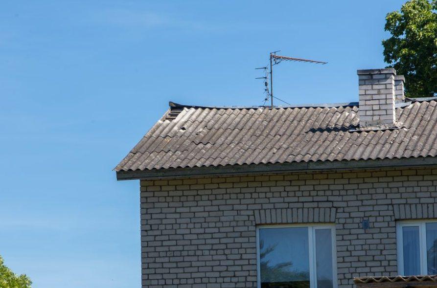 Valjala keskuses asuva kortermaja läbisadava katuse kauaoodatud remont võib takerduda majaelanikust invaliidi maksujõuetuse taha. Valjala alevikus Posti tn 14 asuva kahekorruselise korterelamu elanike Harri ja Heli sõnul vajab 50 aastat […]