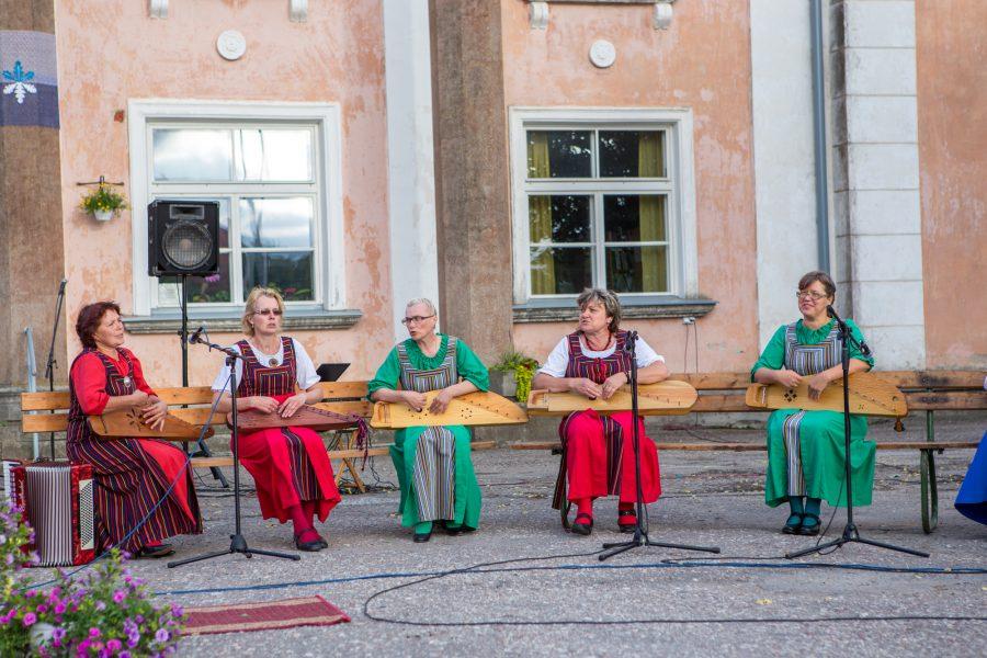 Kanneldajate suvi, mis sai alguse Saaremaa 51. laulupeoga, kus ka rahvamuusikutel oli oma osa kanda, ei ole kaugeltki veel läbi. Laulupeol esineti küll vaid kahe pillilooga, aga peo eel mängisid […]