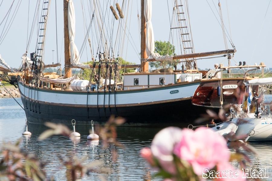 Kuressaare jahisadamasse saabus Soome kaljas Ihana. Nädal aega kestval merereisil seilavad kaasa 7 saarlast ja 2 hiidlast. Reis algas eelmisel neljapäeval Marienhamnis ja lõpeb neljapäeval Turus.