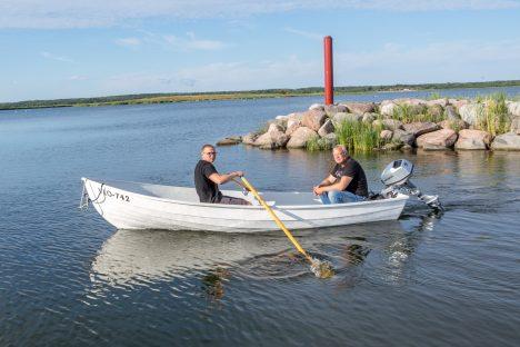 ÕHTU RANNAL: Teet koos isa Kaido Kirstuga isevalmistatud paadis Kungla sadamast neljapäeva õhtul merele minemas. MAANUS MASING