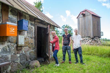 SÜLLEKUKKUNUD VARANDUS: Nässuma Mäe talus suvitavad Anna, Hugo ja Marcus Groth näitavad muinsuskaitsealust viljakuivatit ja tuulikut. Järgmisel aastal saab tuulik ka uued tiivad. MAANUS MASING