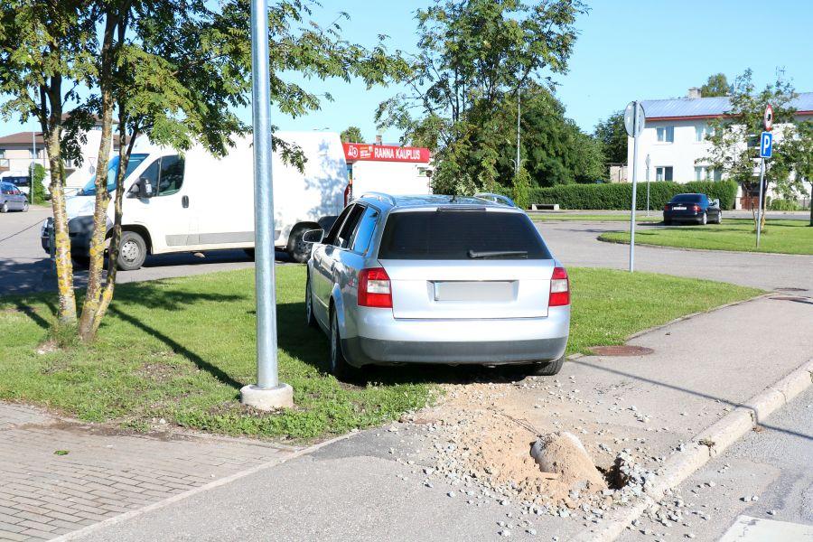 Politsei sai teate liiklusõnnetuse kohta esmaspäeva hommikul kell 07.44 – Audi oli otsa sõitnud tänavavalgustuspostile. Kuna inimesed õnnetuses viga ei saanud, juht omab juhtimisõigust ja oli kaine, siis viis politsei […]