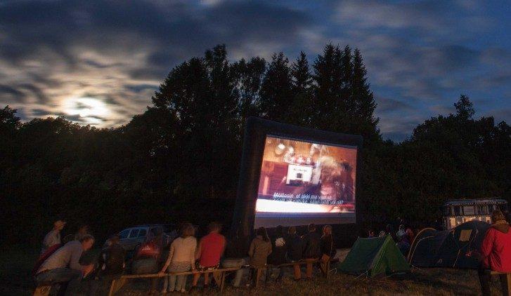 """Juba kolmandat aastat leiab Laimjalas aset üritus nimega LLÖÖFF ehk siis pika nimega Laimjala Lühikeste Ööde filmifestival. """"Tegemist on öise vabaõhukinoga, kuhu inimesed saavad tulla telkide ja autodega. Vaatajad saavad […]"""
