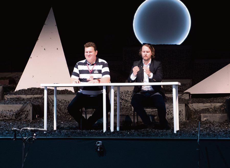 """Eile veidi enne keskpäeva toimus Kuressaare lossihoovi püstitatud suurejoonelises ooperitelgis järjekorras juba IX Saaremaa ooperipäevade avatseremoonia. Esimese etendusena lavastus eile õhtul Ülo Kriguli """"Swan Bone City"""" (Luigeluulinn), tegemist oli maailma […]"""