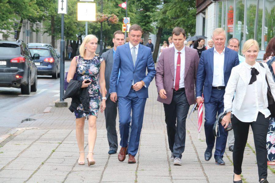 """Sel nädalal Saaremaad väisav peaminister Taavi Rõivas on veendunud, et probleemid parvlaevaliikluses on mööduvad ja peagi saavad saarlased teenuse, mis igati nende ootustele vastab. """"Ma usun, et 1. oktoobril, kui […]"""