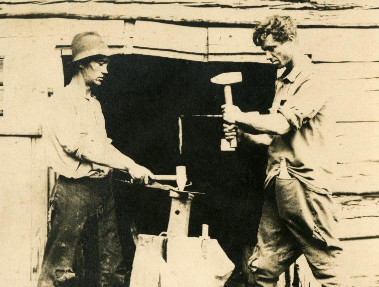 """""""Kõliseb kui Kaarma kiriku kell!"""" kiitis müüja kunagi sõrmeotstega vikati pihta lüües. Saaremaised vikatid olid omal ajal nõutud ja otsitud kaup, mida kohalikud sepad meisterdasid aastas tuhandete kaupa. Esimesed vikatid […]"""