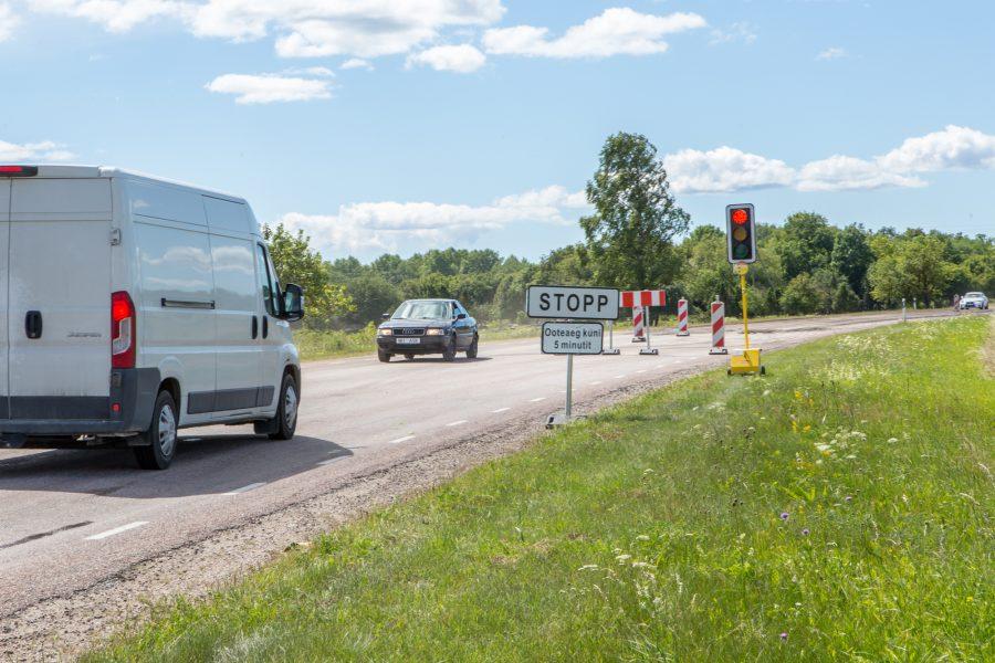 """Kuressaare–Kuivastu maantee ehitustöid takistavad oluliselt autojuhid, kes eiravad ümbersõidule suunavaid liiklusmärke. """"Suurema osa tööajast peab tegelema liikluskorraldusega,"""" sõnas P.P. Ehitusjärelevalve OÜ objektijuht Ainar Viires(pildil) kolm päeva kestnud tööde kohta. """"Kui […]"""