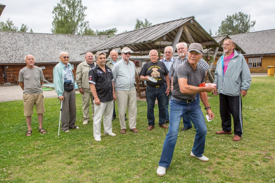 """Reedel kogunesid seeniorklubi mehed Suure Tõllu mänguväljakule, et natuke kehakultuuriga tegelda ja spordijuttu ajada. """"See on meie klubi spordidirektori Heigo Kipsi idee,"""" andis klubi juhatuse liige Viktor Sarapuu teada. Praegugi […]"""
