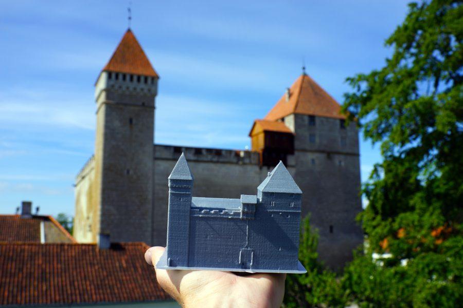 """Praegu Tartus elav ja Eesti lennuakadeemias töötav Saaremaa ühisgümnaasiumi vilistlane Margus Sammelsaar valmistas hobi korras 3D ehk kolmemõõtmelise printeri abil Kuressaare linnuse mudeli. """"Kogu projekti põhiline eesmärk oli ise midagi […]"""