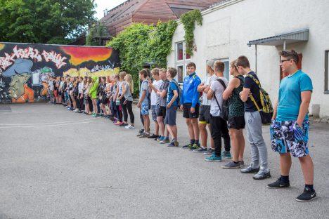 MEEST SÕNAST: Malevasse kogunenud noored andsid alustuseks Kuressaare noortekeskuse juures malevavande. MAANUS MASING