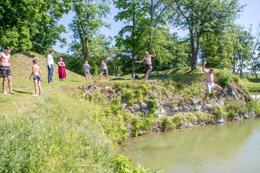 """Kuressaare linnavalitsus toonitab, et linnuse vallikraavid ei ole ette nähtud ujumiseks ja suplemiseks ning paluvad selleks otstarbeks neid mitte ka kasutada. """"Vallikraavi voolab suur osa linna sademeveest, seega võib seal […]"""