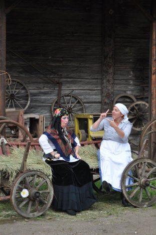 LEEDUS: Merike Meriloo mustlasnaise Natka ja Leelo Laus Näsnäruda perenaise Mari rollis. Foto: ERAKOGU