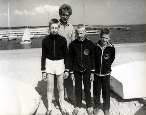 NASVA POISID: Treener Meelis Saarlaiu sõnul olid purjetajad (vasakult) Indrek Lepp, Urmas Niine ja Kristen Pugi suisa klass omaette. Suures NSVL-is neile Optimistidel vastast ei olnud. MATI SAARLAIDI ERAKOGU