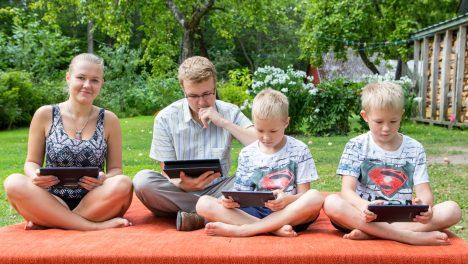 IGAÜHELE OMA: Tudeng Sandra (vasakult) jaoks on tahvelarvuti ennekõike luger ja tekstitöötlusvahend, vanem vend Sander kasutab seadmes oma tööks vajalikku suhtlus- ning müügimehe tarkvara, väikevennad Markus ja Oskar aga naudivad arvutimängude kirevat maailma. MAANUS MASING