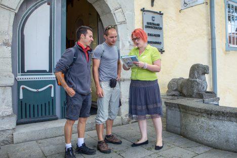 TURISTE KUI PALJU: Järjekordsed Saaremaa külalised saavad Kristina Mägilt väärt näpunäiteid, kuhu saarel minna ja mida teha. MAANUS MASING