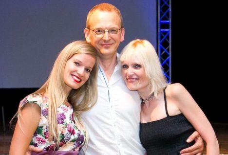 RAHULOLEVAD: Kammermuusikapäevade väsimatu juht Andres Paas koos tiimikaaslaste Maret Naageli (vasakul) ja Kristi Hinsbergiga pärast menuka festivali lõppkontserti. IRINA MÄGI