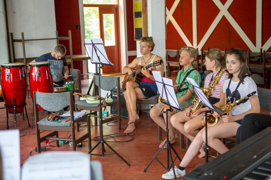 Saaremaa rütmi- ja improvisatsioonilaager annab noortele muusikutele esinemis- ja improviseerimisjulgust, millest peaks korraldajate hinnangul jaguma vähemalt pooleks aastaks. Möödunud nädalal Võhma külamajas toimunud seitsmendast Saaremaa rütmi- ja improvisatsioonilaagrist võttis osa […]
