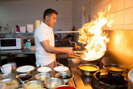 TULISED ELAMUSED: Idamaises köögis kasutatakse toidu maitsestamiseks erinevaid maitseaineid ja vürtse. Restorani Monk omanik Bali Chauhan ei pelga ka ise pliidi juures tegutseda. AANUS MASING