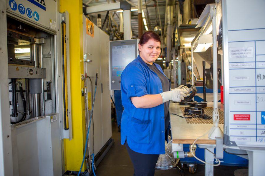 Kuressaares kummidetaile tootev Trelleborgi tehas otsib tööjõudu tootmise erinevatesse etappidesse. Ettevõtte tegevjuhi sõnul on selle taga soov tõusta kõrgemale tasemele. Trelleborg Industrial Products Estonia OÜ tööotsimiskuulutuste järgi peaks tehases tööd […]