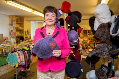 IKKA KAUBANDUSES:Igavuse peletamiseks peab Anne Savtšenko paaril päeval nädalas müüjaametit käsitööpoes. Vildist saunamütsid meenutavad talle vanu aegu. MAANUS MASING