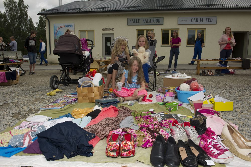 Laupäeval toimus Liival lustakas Träni päev. Soovijad said kodust tuua müügiks kõike, millest nad arvasid vajaliku lahti saada.