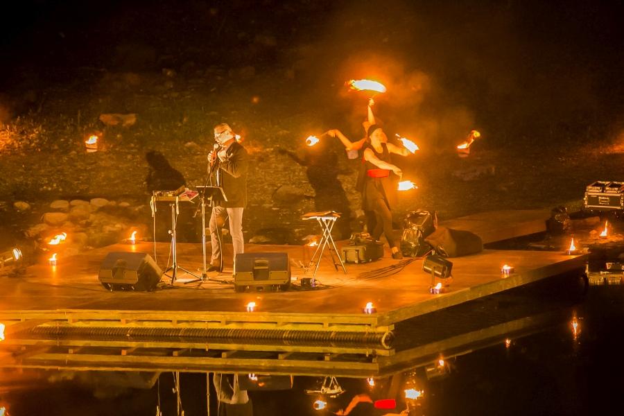 """Järvekontserdil esines reede õhtul tuntud lembelaulik Erich Krieger, taustaks võimas tulesõu, mille eest kandis hoolt Trikivabrik. """"Väga vinge oli,"""" ütles Saarte Häälele järvekontsertide korraldaja Alver Sagur. """"See tuli sobis Kaali […]"""