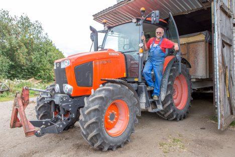 TÕHUS TÖÖMEES: Jaan Sink usub, et ilma liigse elektroonikata Jaapani traktor on lihtne, kuid töökindel masin. MAANUS MASING
