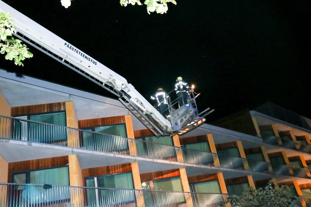 Häirekeskus sai laupäeval õhtul kella poole kaheteistkümne paiku teate, et Kuressaare GOSPA hotelli katusel on näha leeke ja sealt tulevat suitsu. Kohalesõitnud päästekomando avastas katuselt tahmajäätmed ning praeguseks on selgunud, […]