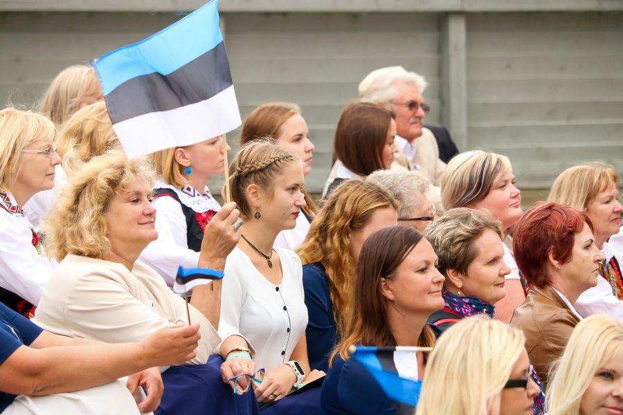 Eesti taasiseseisvumise 25. aastapäevale pühendatud Vaba Rahva Laulu Kuressaare kontsert toimus läinud pühapäevallossihoovis. Fotod ja video: Irina Mägi
