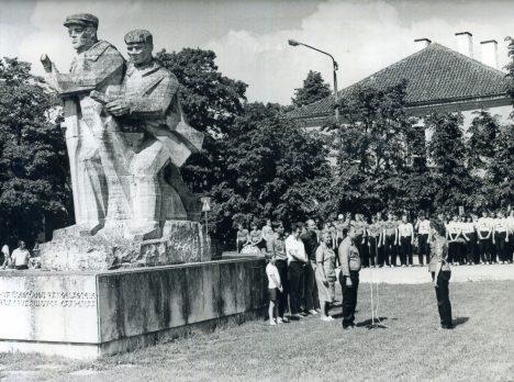 """MONUMENDI JUURES: Malevasuved avati piduliku rivistusega kunagise """"Upa meeste"""" monumendi juures, mille asemel nüüd seisab Ferrumi kaubamaja."""