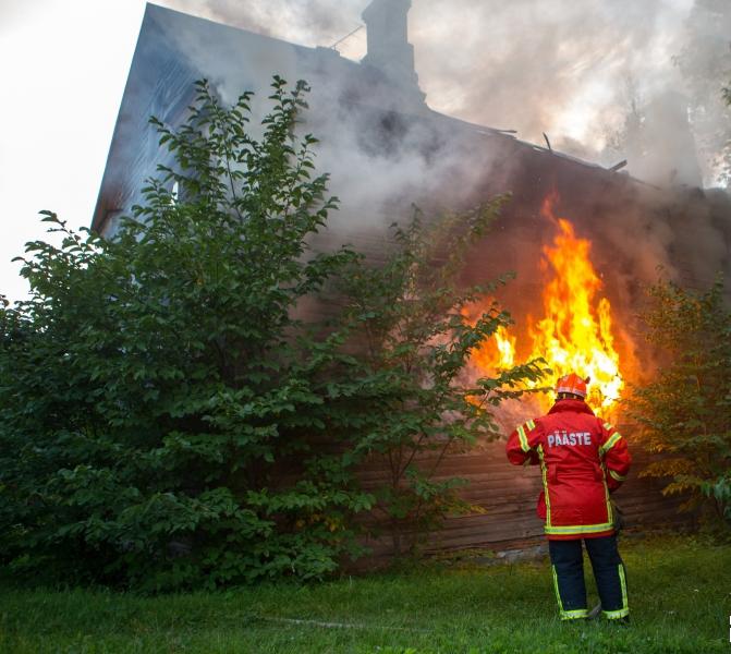 Möödunud nädalavahetusel leidis Saaremaal aset kaks põlengut, milles inimesed vigastada ei saanud. Laupäeval kell 10.19 teatati häirekeskusele suurest lõkkest Pihtla vallas Sandla külas, kus kohapeal selgus, et põlesid lammutatud puithoone […]