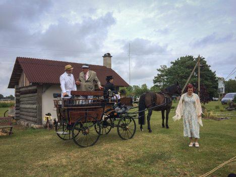 HOBUSED MÄNGUS: Anseküla teatritükis on lisaks inimestele ka hobune Fossu. Hetkel viibib ta stseenis, kus lisaks temale veel (paremalt) Anni Veskinõmm, kutsar Liisi von Wovern, Rein Seema ja Maarjus Kupits. RAUL VINNI
