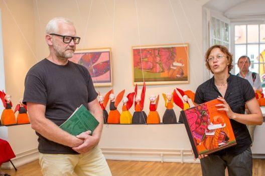 """Raegaleriis avati eile kunstnik Urmas Viigi (vasakul) näitus """"Muhu inglid"""". Näitusega koos esitleti Kadri Tüüri samanimelist raamatut, mille illustratsioonidest näitus koosneb. Tüüri kirjutatud tekstidega raamatust saab lugeda Muhu naiste pärimuslugusid. […]"""