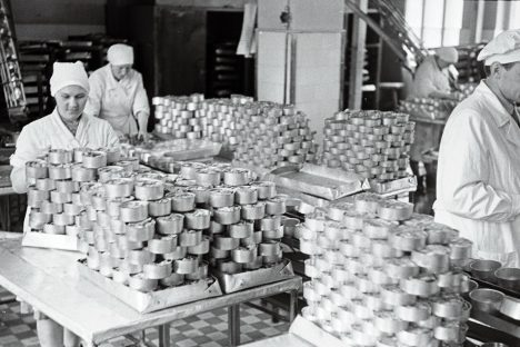 KÕRGED KONSERVIMÄED: Läätsal ja Muhus tehti suure hoole ja usinusega konservid valmis. P. KUZNETSOV/TASS