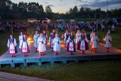 Lääne-Saare valla taidlejate ühine lõputants.  Foto: SAARTE HÄÄL