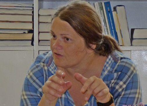 """""""Politseiniku tütre"""" autor, Muhus elav Katrin Pauts (pildil) esitles oma raamatut 27. juuli keskpäeval Liiva raamatukogus. Huvilisi oli kogunenud ligi kolmkümmend. Liiva raamatukogu juhataja Erika Pints tutvustas Saaremaa-teemalise põnevusromaani autorit […]"""